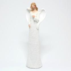 Biely anjel s rukou na srdci
