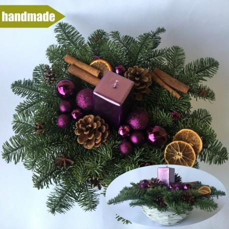 Okrúhly aranžmán v košíku z čečiny z nobilisu s jednou sviečkou - fialový