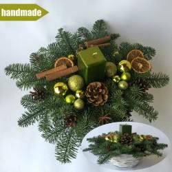Okrúhly aranžmán v košíku z čečiny z nobilisu s jednou sviečkou - zelený