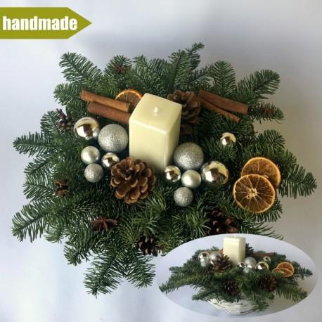Okrúhly aranžmán v košíku z čečiny z nobilisu s jednou sviečkou -biely