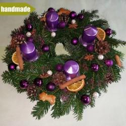 Okrúhly adventný veniec z čečiny z normandskej jedle - fialový